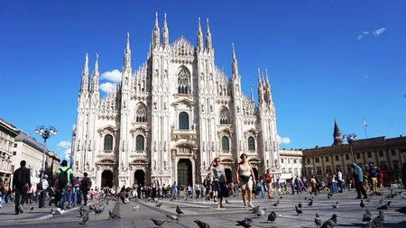MILAAN, ITALIË - SEPTEMBER 12, 2017: Milan Cathedral met toeristen in een zonnige dag met hemelblauw, Milaan, Italië