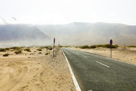 Lanzarote, 카나리아 제도에서 사막 빈 아스팔트 도로의 아름다운 전망 스톡 콘텐츠 - 105396250