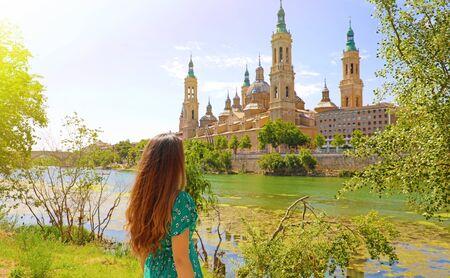 Portrait de belle femme regardant la basilique cathédrale de Notre-Dame du Pilier, monument espagnol à Saragosse, Espagne Banque d'images