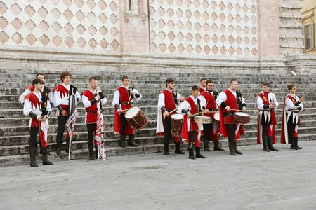 PERUGIA, ITALIEN - SEPTEMBER 2019: mittelalterliche Folklore in der Altstadt von Perugia, Umbrien, Italien