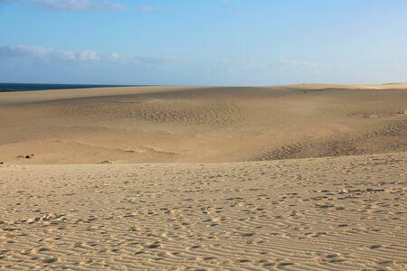Erstaunliche Aussicht auf die Sanddünen von Corralejo auf der Insel Fuerteventura, Spanien