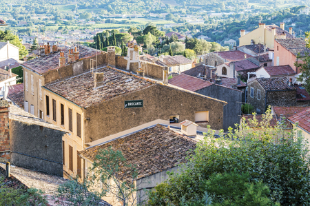 Provençal medieval village of Bormes-les-Mimosas in French Riviera Redactioneel
