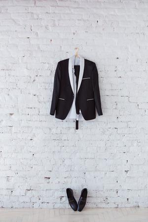 chaqueta: Traje y zapatos de espera de la novia en la mañana de la boda