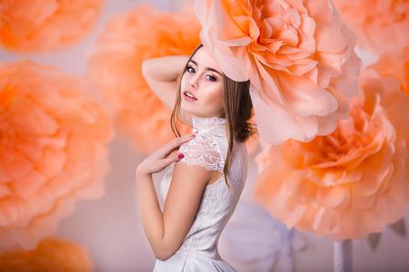 Junge schöne Mädchen posiert in Papierblumen in studio Standard-Bild - 38432457