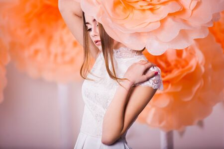 Junge schöne Mädchen posiert in Papierblumen in studio Standard-Bild - 38432459