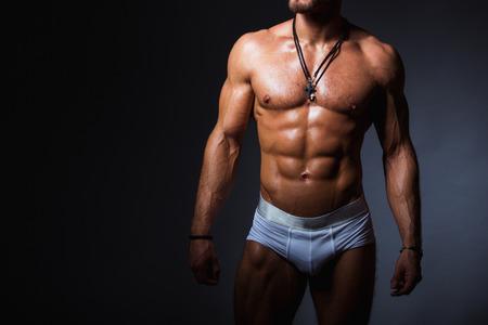 Muskulös und sexy Torso der jungen Sport Mann mit perfekte abs in Höschen Standard-Bild - 38432621