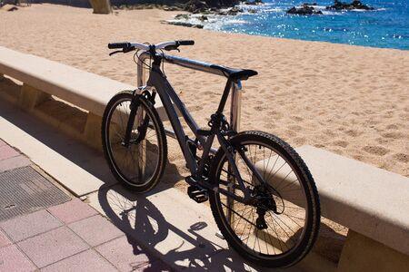 turismo ecologico: Bicicletas de pie cerca de la playa. El turismo ecol�gico. Vista al mar de verano. Foto de archivo