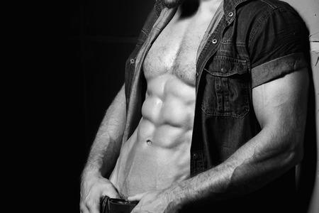 Muskulös und sexy Oberkörper der jungen Mann mit perfekte abs. Schwarz und Weiß Standard-Bild - 43156872