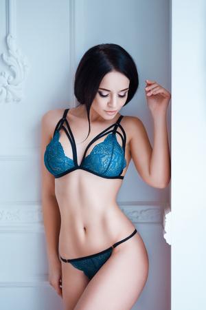 hot breast: Идеальный, сексуальное тело, живот и грудь молодой женщины носить соблазнительное белье. Красивая горячая самка в Underware позирует в чувственный способ.