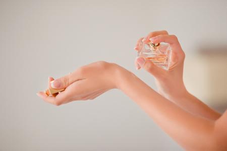 Frau, die Duftstoff auf ihrer Hand, close-up. Standard-Bild - 53520282