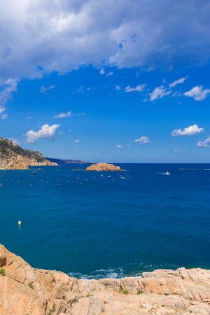 paisaje mediterraneo: mediterr�neo paisaje con rocas y cielo azul. Foto de archivo