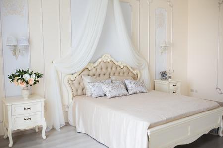 Dormitorio En Colores Claros Suaves. Cómoda Cama Doble Grande En El ...