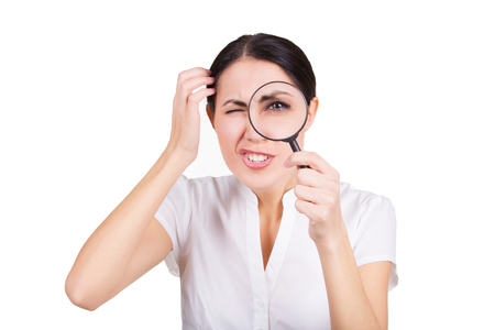 Schöne lustige Mädchen mit Lupe suchen. Isoliert Standard-Bild - 75163185