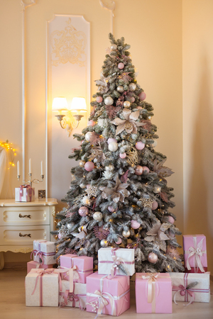 Christmas background. Interior room decorated in xmas style. No people. New year tree and gifts Standard-Bild - 112972552