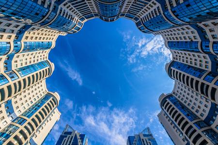 Mit Blick auf blauen runden Wohngebäude mit bewölktem Himmel Editorial