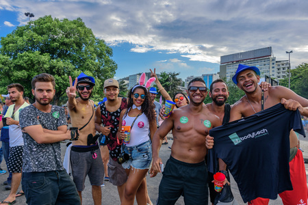 RIO DE JANEIRO, BRAZIL - FEBRUARY 28, 2017: Group of young happy people drinking and having fun during Bloco Orquestra Voadora at Aterro do Flamengo, Carnaval 2017 新聞圖片