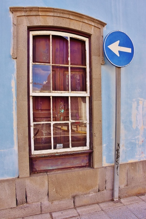 Window and traffic signal Foto de archivo
