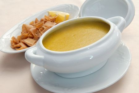 чечевица: Lentil soup with crackers in a white bowl Фото со стока