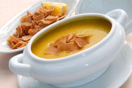 lenteja: Sopa de lentejas con galletas en un taz�n de blanco