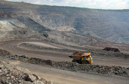 foso: mina a cielo abierto de mineral de hierro Foto de archivo