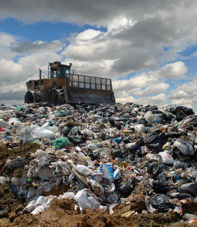 Der Bulldozer begräbt Lebensmittel und industrielle Abfälle