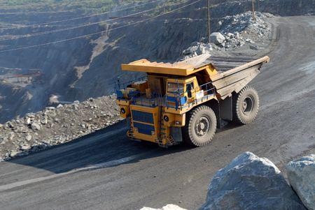 Los grandes camiones de transporte de mineral de hierro en la carrera de Foto de archivo - 5562085