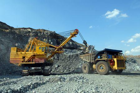 camion minero: Carga de mineral de hierro en vertedero muy grande y un cami�n de cuerpo de