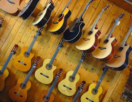 instrumentos musicales: Guitarras en una ventana de programa en la tienda de instrumentos musicales