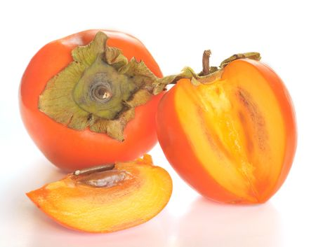 persimmon: caqui madura sobre un fondo blanco  Foto de archivo
