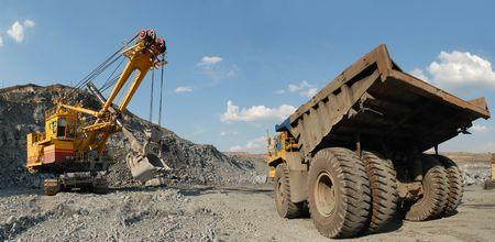 camion minero: Carga de mineral de hierro en cami�n volcado-cuerpo muy grande