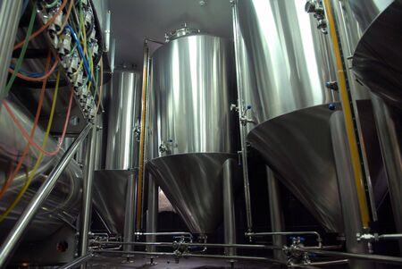 brouwerij: Staal tanks voor bier bereiding in de brouwerij Stockfoto