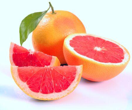 Pomelo con segmentos sobre un fondo blanco