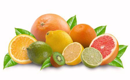 cidra: Mont�n de fruta de lim�n sobre un fondo blanco