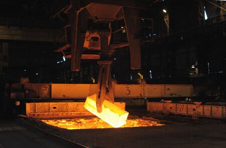 The heated steel pigs the crane from takes out furnaces Standard-Bild