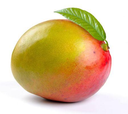 mango fruta: Mango con hojas sobre un fondo blanco