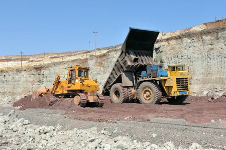 unloading truck in a career of iron ore Standard-Bild