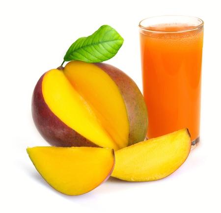 vaso de jugo: jugo de mango en un vaso de fruta Foto de archivo