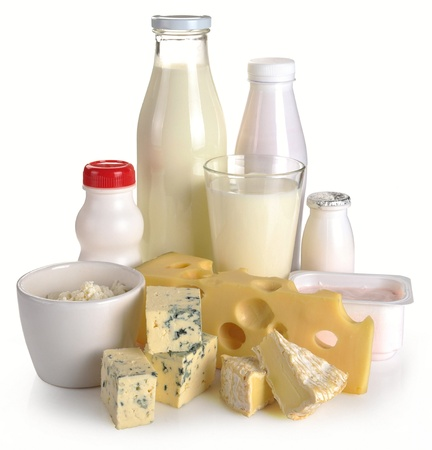 lacteos: Yogur de leche de queso sobre un fondo blanco Foto de archivo