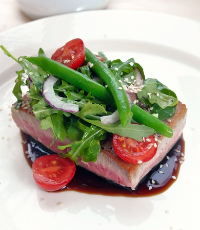 lowfat: grilled tuna with vegetables and sauce