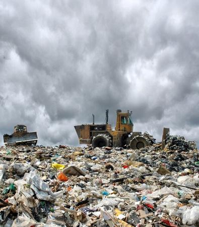 camion de basura: bulldozer entierra alimentos y desechos industriales