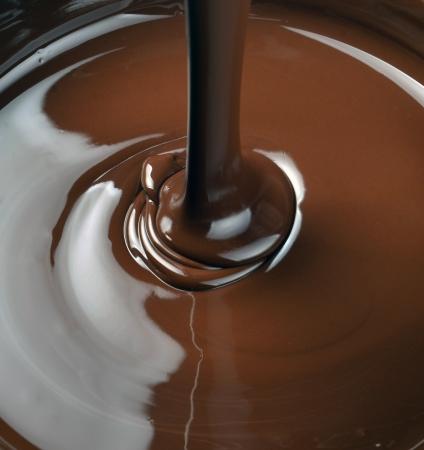 fondu: beaucoup de chocolat tombant d'en haut