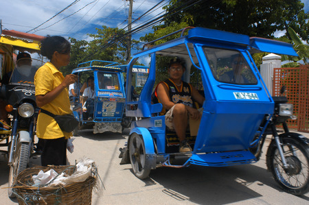 pinoy: Tut tuc. Moto-taxis.  Editorial