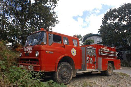 philippino: Old fire truck in Sagada. Philippines Luzon Island The Cordillera Mountains Mountain Province Banga an Village Houses
