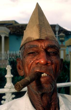 hombre fumando puro: Retrato del hombre que fuma cigarro cubano Trinidad, Cuba