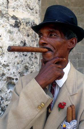 hombre fumando puro: Retrato del hombre que fuma cigarro cubano Habana Vieja Cuba