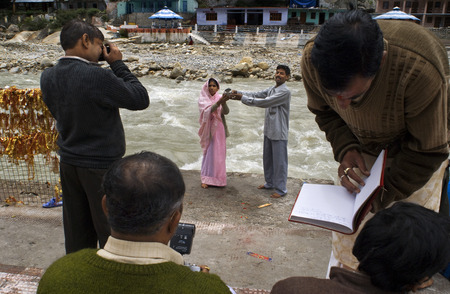 hinduist: Weeding ceremony in Gangotri, Uttaranchal, India. Wedding in Gangotri. Gangotri, the origin of the River Ganges and seat of the goddess Ganga, is one of the four sites in the Char Dham pilgrimage circuit. The river is called Bhagirathi at the source and a Editorial
