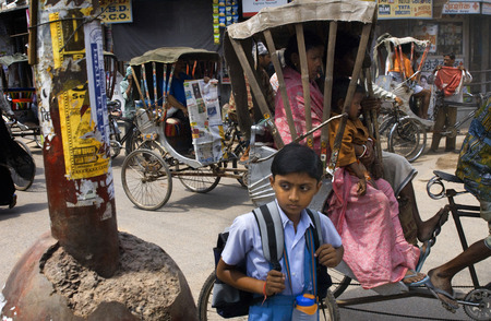 交通、旧市街、バラナシ、ウッタル ・ プラデーシュ州、インド、アジア。バラナシ、ウッタルプラデーシュ州、インド。バラナシは今まで見た最も 報道画像