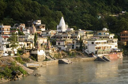 hinduist: Rishikesh, Uttaranchal, India. Sant Sewa Ashram. Lakshman Jhula. Rishikesh. India.  Rishikesh, also spelled Hrishikesh, Rushikesh, or Hrushikesh, is a city and a municipal board in Dehradun district in the Indian state of Uttarakhand.It is surrounded by t