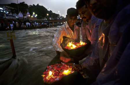 hinduist: People offering a deepak (floating flowers and oil lamp) to the Ganges river. Haridwar. Uttarakhand. India. Haridwar, Uttaranchal, India. Haridwar is famous for its Ganga Arati, worship of Ganga Maiya, held nightly at Har-ki-pari Ghat. Every night ,(excep Editorial