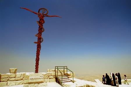 memorial cross: Serpentina Cruz o serpiente de bronce del monumento en la Iglesia Memorial de Moisés, el Monte Nebo, con vistas valle del Jordán y el oasis de Jericó, Amman, Jordan